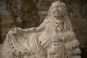 urna coperchio donne etrusche - pozzo etrusco